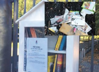 mesero vandali bruciano libri