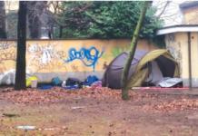 Una senzatetto vive accampata fuori dal municipio di Sedriano