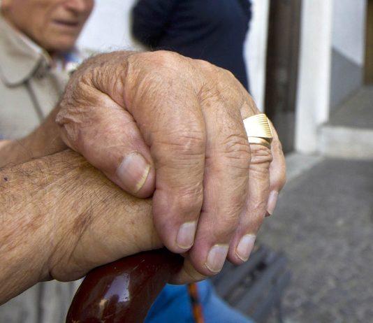 Cade per terra: 79enne ritrovato dopo 10 giorni